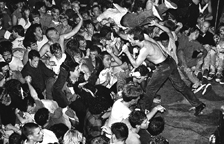 1_ConcertdesDeadKennedys_CopyrightStanleyGreene_CourtesyPolkaGalerie-1
